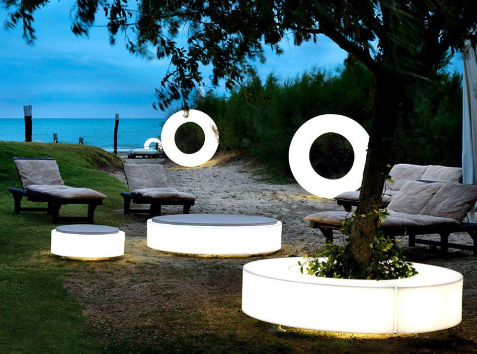 """Gartendeko, Bänke und Leuchten bestens vereint: Outdoor-Möbel """"Atollo"""" von Modoluce."""