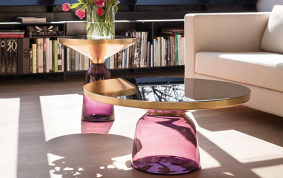 """Der """"Bell Table"""" von Classicon mit farbigem Glasfuß."""