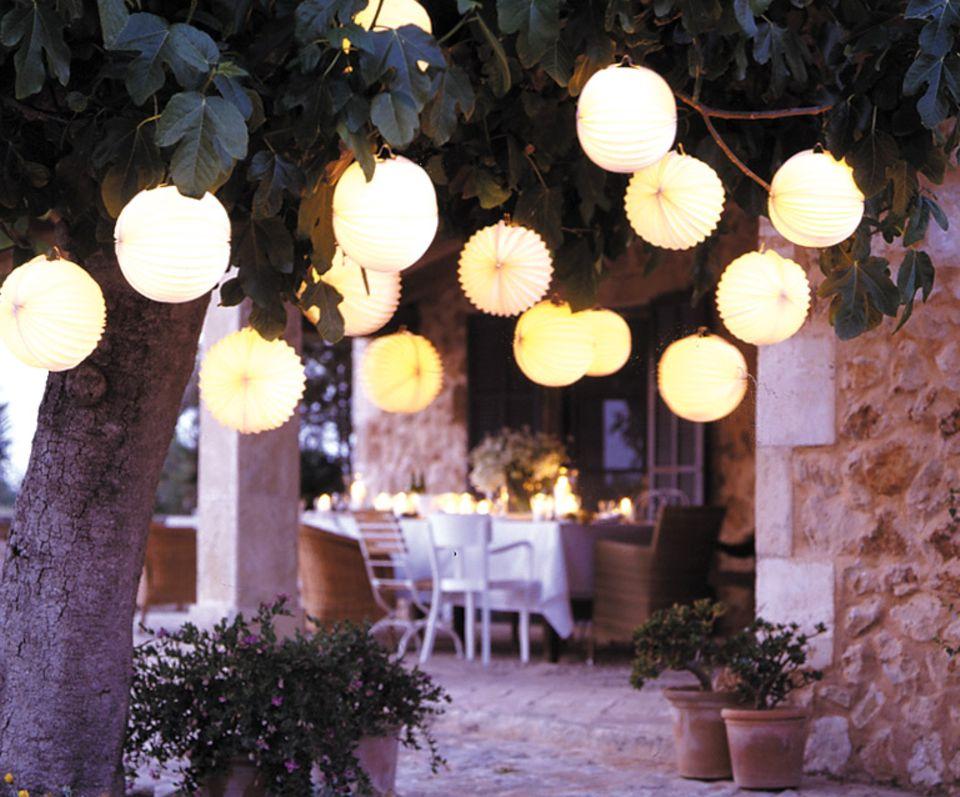 Zauberhafte Beleuchtung im Garten: Papierlampions von Rabeversand al Gartendeko