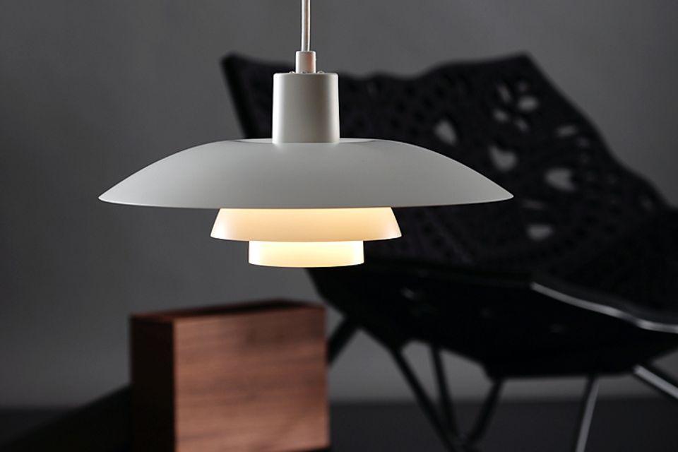 """Blendfreies, gestreutes Licht dank eines dreifachen Schirms: Pendelleuchte """"PH 4/3"""" von Louis Poulsen. Durchmesser: 40 cm, Preis: ca. 500 Euro."""