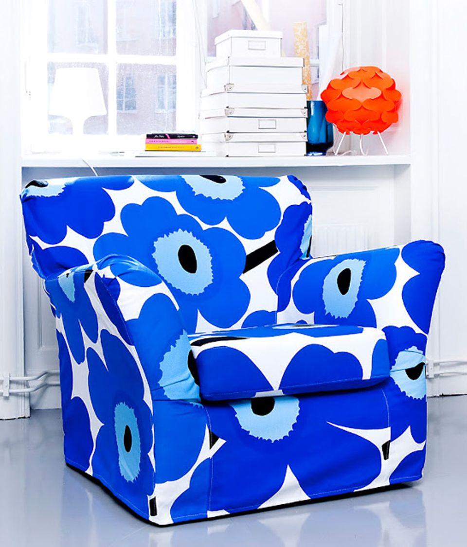 """Sticht ins Auge: Der Ikea-Sessel aus der Serie """"Tomelilla"""" mit einem Bezug aus dem Marimekko-Stoff """"Unikko"""" von Bemz."""