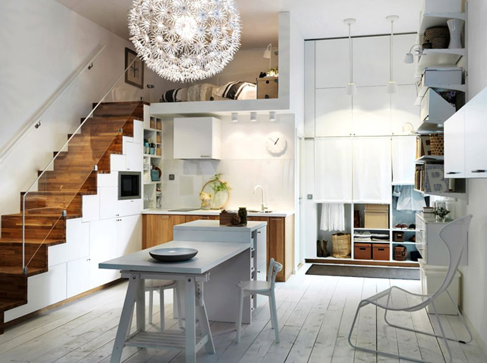 """Clever geplante """"Metod""""-Küche von Ikea: Der Raum unter der Treppe wird für Küchenschränke und Einbaugeräte genutzt."""