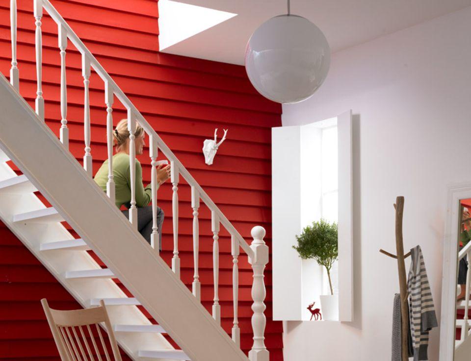 Schwedenrot und Holzverkleidung geben dieser Treppe ein skandinavisches Lebensgefühl.