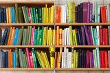 Schafft optische Ruhe: Bücher nach Farben sortieren
