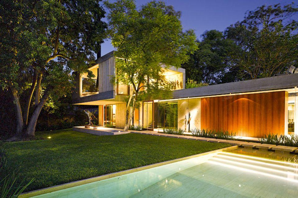 Architektenhäuser: Zum Garten geöffnetes Betonhaus