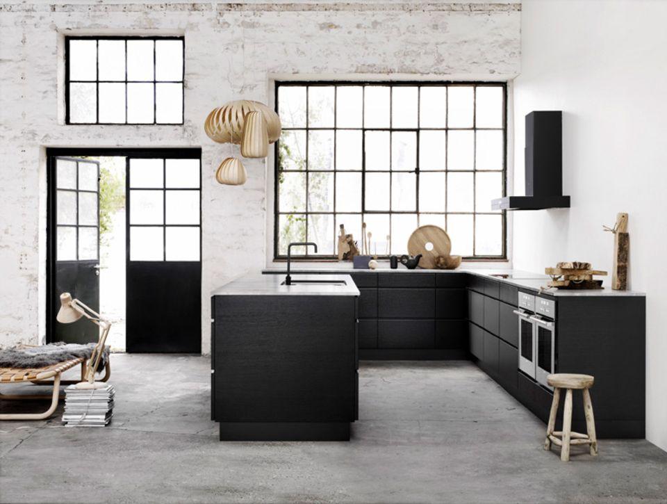 Wer eine Designerküche besitzt, möchte von Ihrem Aussehen kaum ablenken. Ein unsichtbarer Schutzanstrich auf der Wand ist da ideal.