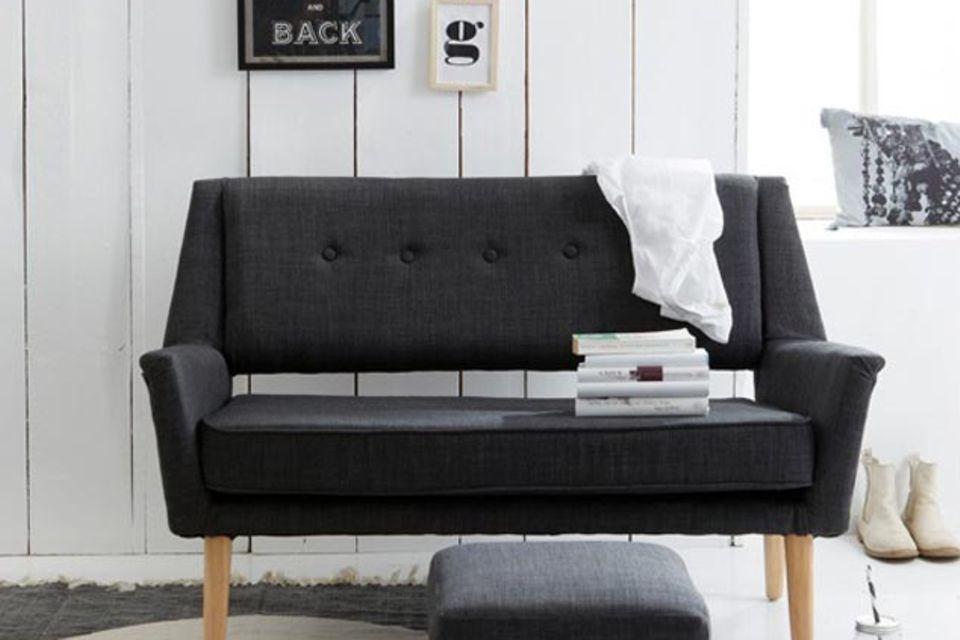 Wohnen mit Kontrasten: Möbel in Schwarz treffen auf weiße Wände