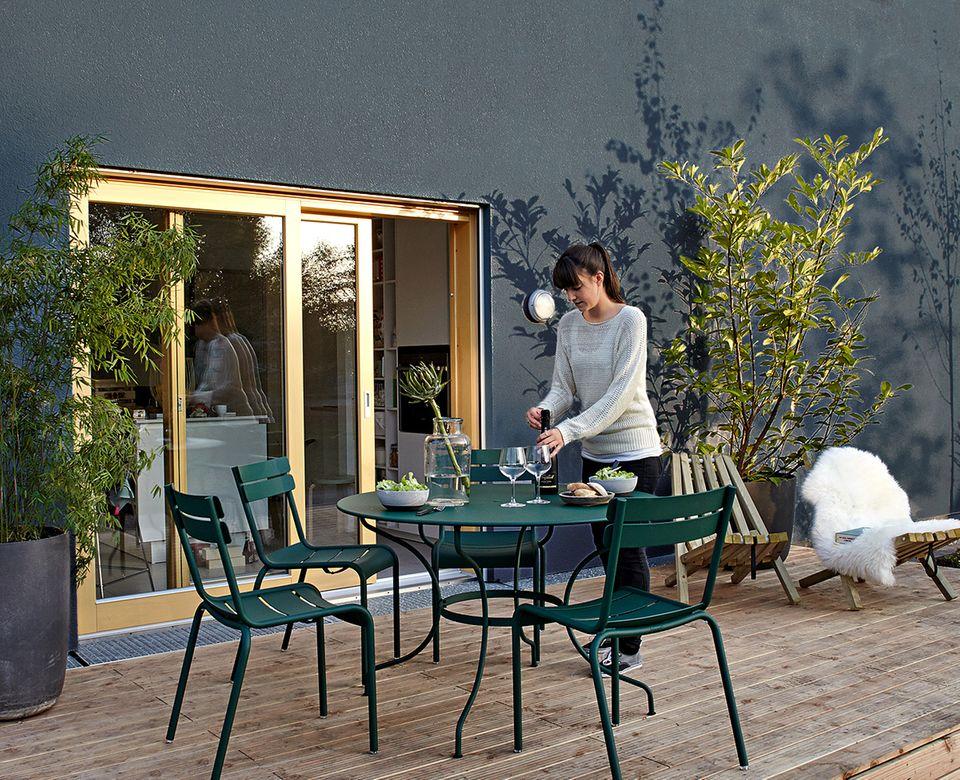 Moderner Freisitz: Terrasse mit Holzdeck
