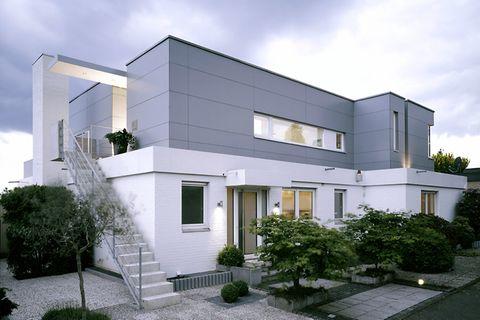 Haus in Grau und Weiß
