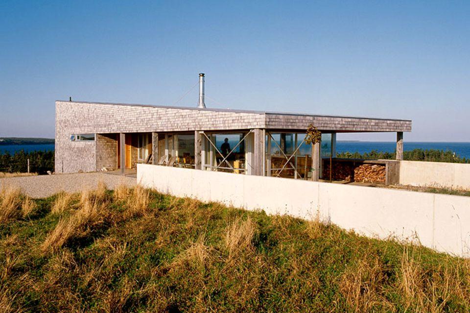 Flaches Haus auf einer Hügelkuppe