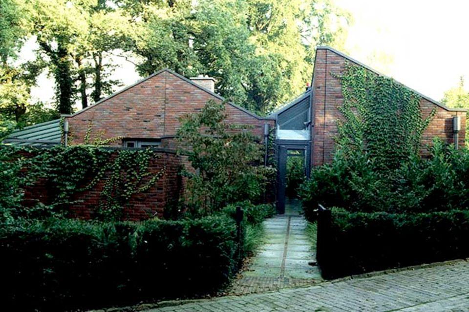 Haus mit üppig berankten Wänden