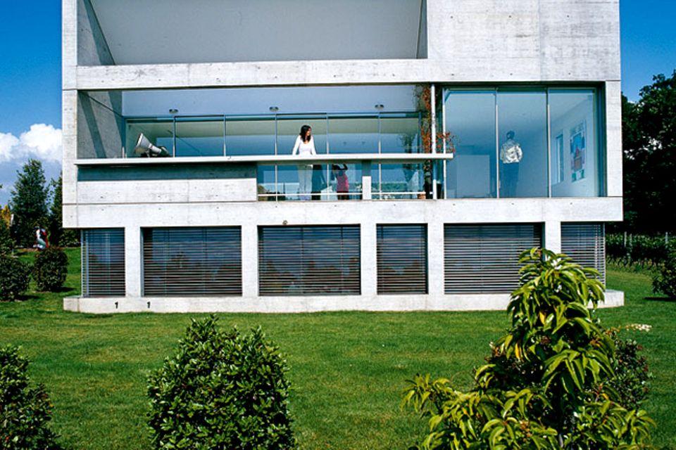 Villa aus Beton und Glas am Genfer See