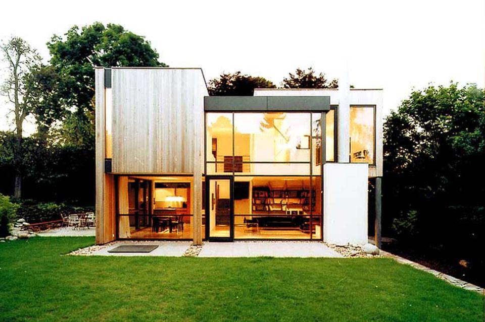 Haus am Hang mit kontrastreicher Fassade