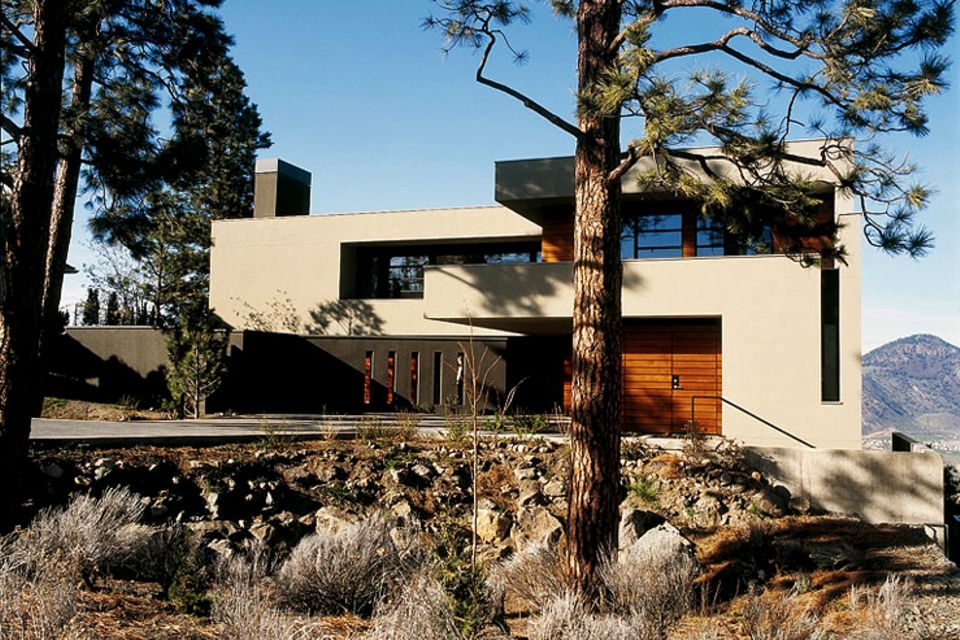 Architektenhäuser: Kantiger Flachdachbau am Hang