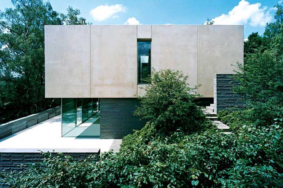 Streng geometrische Betonvilla am Hang