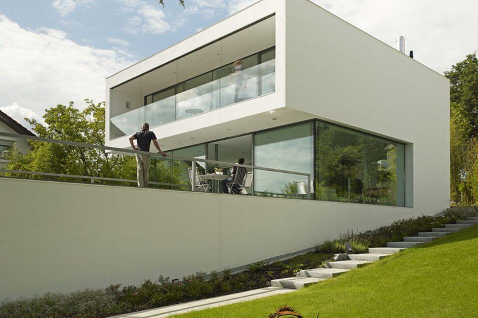 Architektenhäuser: Puristische Villa in Hanglage