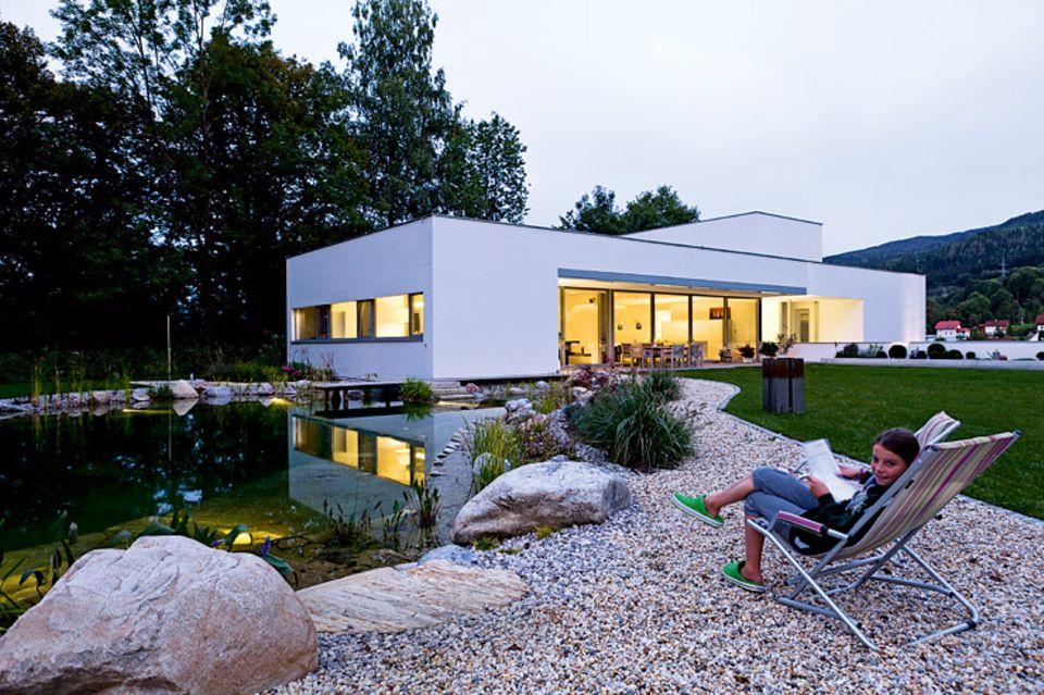 Architektenhäuser: Geradliniger Neubau auf Parkgrundstück