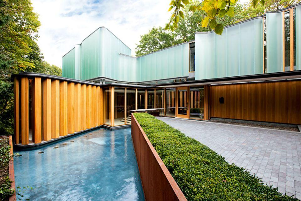 Architektenhäuser: Geschwungene Villa am Hang