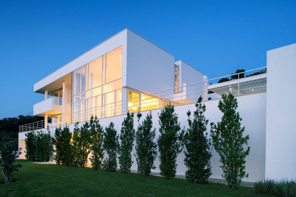 Architektenhäuser: Weiße Villa mit Meerblick