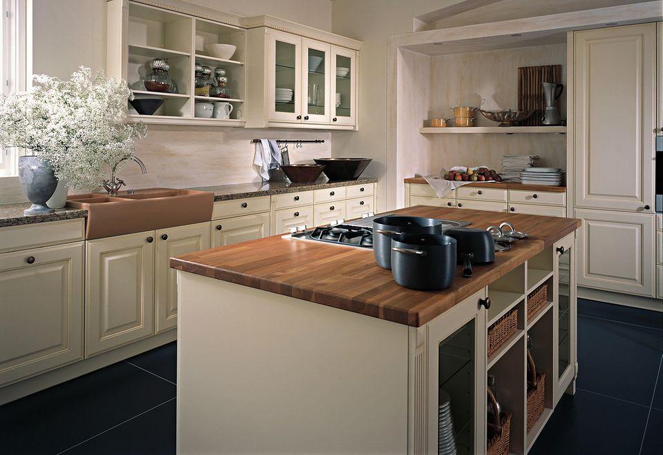 Eine Arbeitsplatte aus Holz bringt Wärme und Wohnlichkeit.