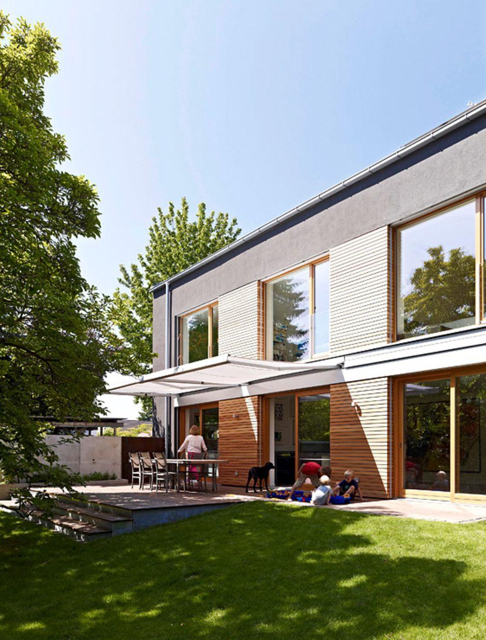 Wissen: Auch eine Holzfassade lässt sich gut mit dunklen Farben kombinieren