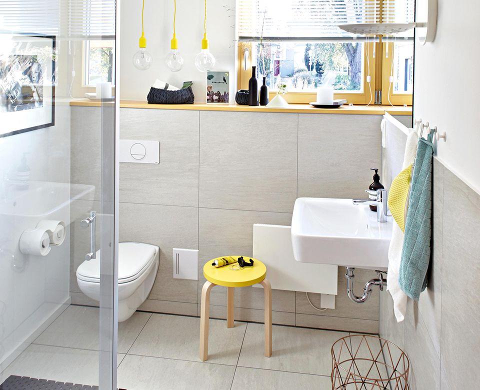 Helles Gästebad mit Dusche