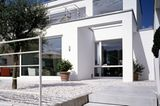Nachher: Moderner Flachdachbau in Weiß