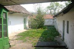 Vorher: Verlassener Hof mit großem Grundstück