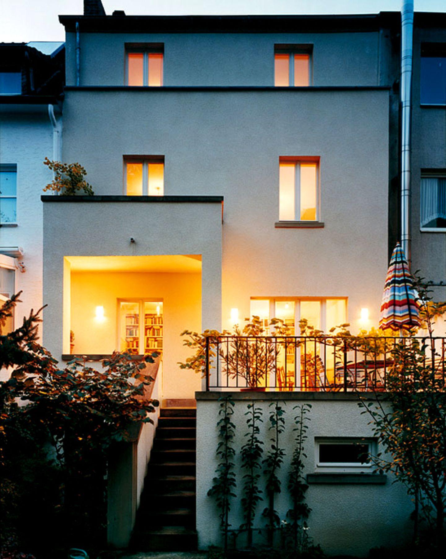 Kubisch klar gegliederte Fassade