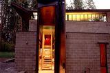 Fast sechs Meter hohe Haustür