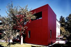 Anbau aus rot eloxierten Aluminiumtafeln