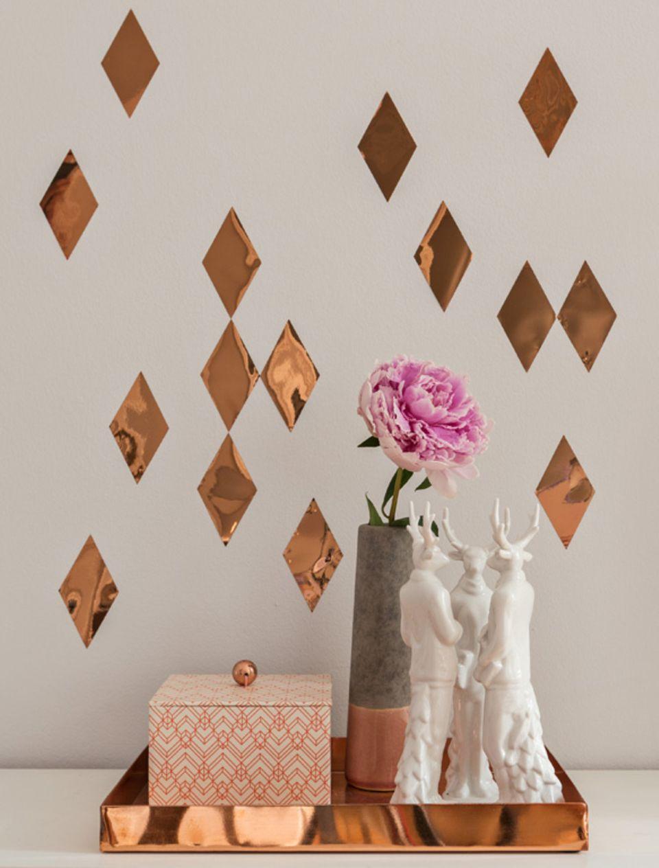 """Wandtattoo """"Kupferkonfetti"""" macht sich gut im Wohnzimmer, schmückt aber auch die Zimmertür oder langweilige Schrankfronten."""