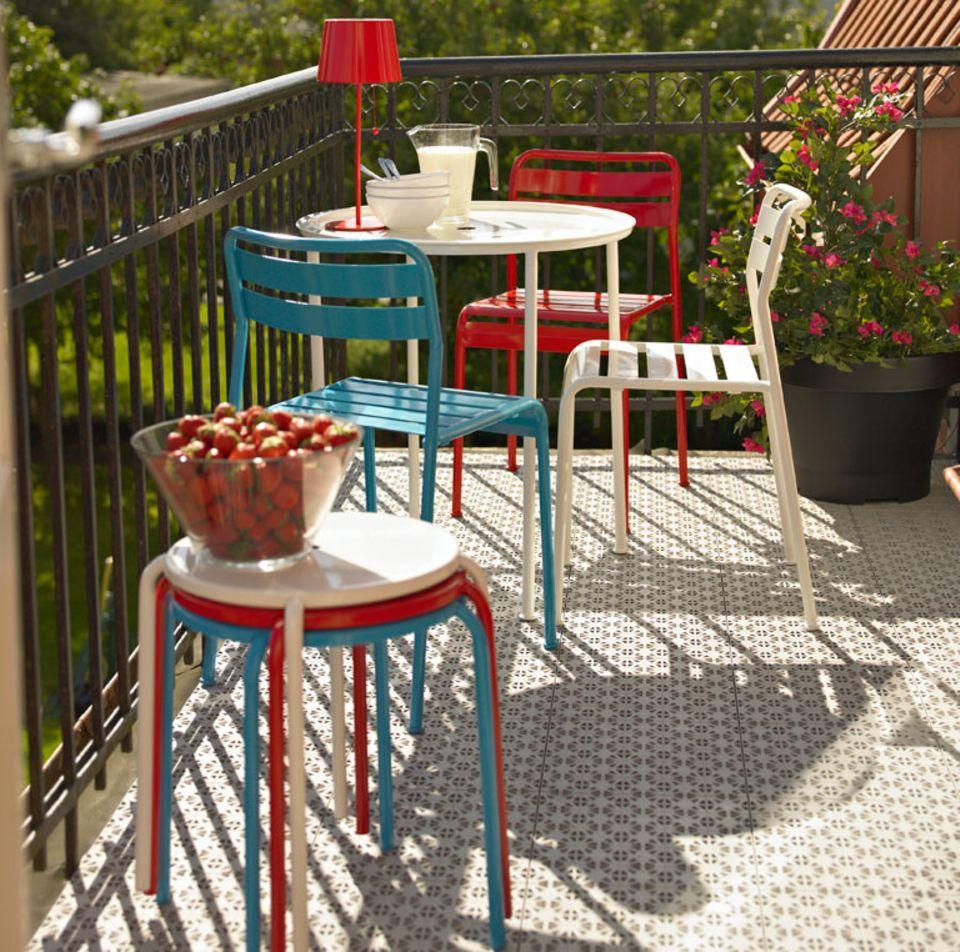 Balkonmöbel gibt es in vielen Formen und Farben.