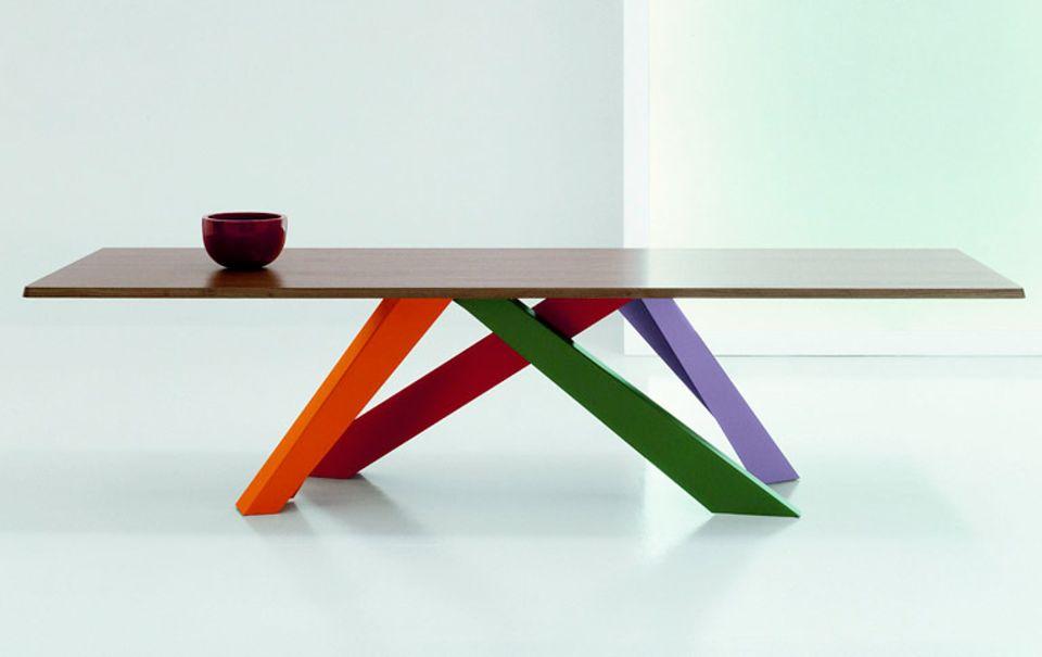 """Ein Tisch mit besonderem Gestell: """"Big Table"""" von Bonaldo steht auf Beinen, die zentral in der Mitte positioniert sind."""