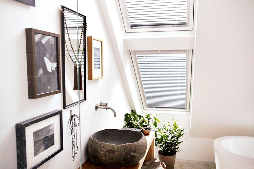 Jalousien wie diese Alu-Jalousie von Velux sind als Sonnen- und Sichtschutz auch für Dachfenster geeignet.