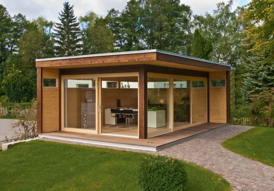 """Luxus-Gartenhaus aus Holz: """"MyLounge XL"""" von Hummel dient als Gartenbüro, Privat-Spa oder Rückzugsort im Grünen. Gesamtmaße: 600 x 400 cm (Länge x Breite)."""