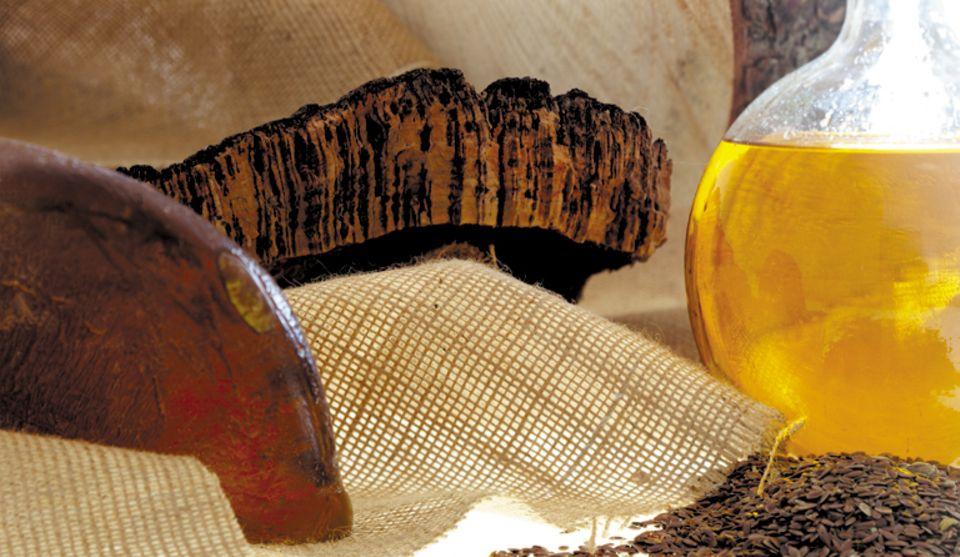 Linoleum wird aus den natürlichen Rohstoffen Leinöl, Korkmehl und Jute gefertigt.