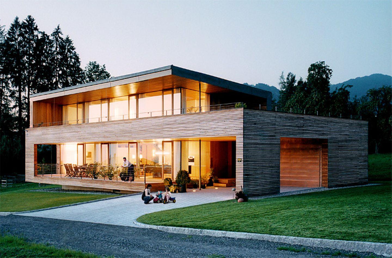 Zweigeschossiger Baukörper mit Lärchenholzfassade