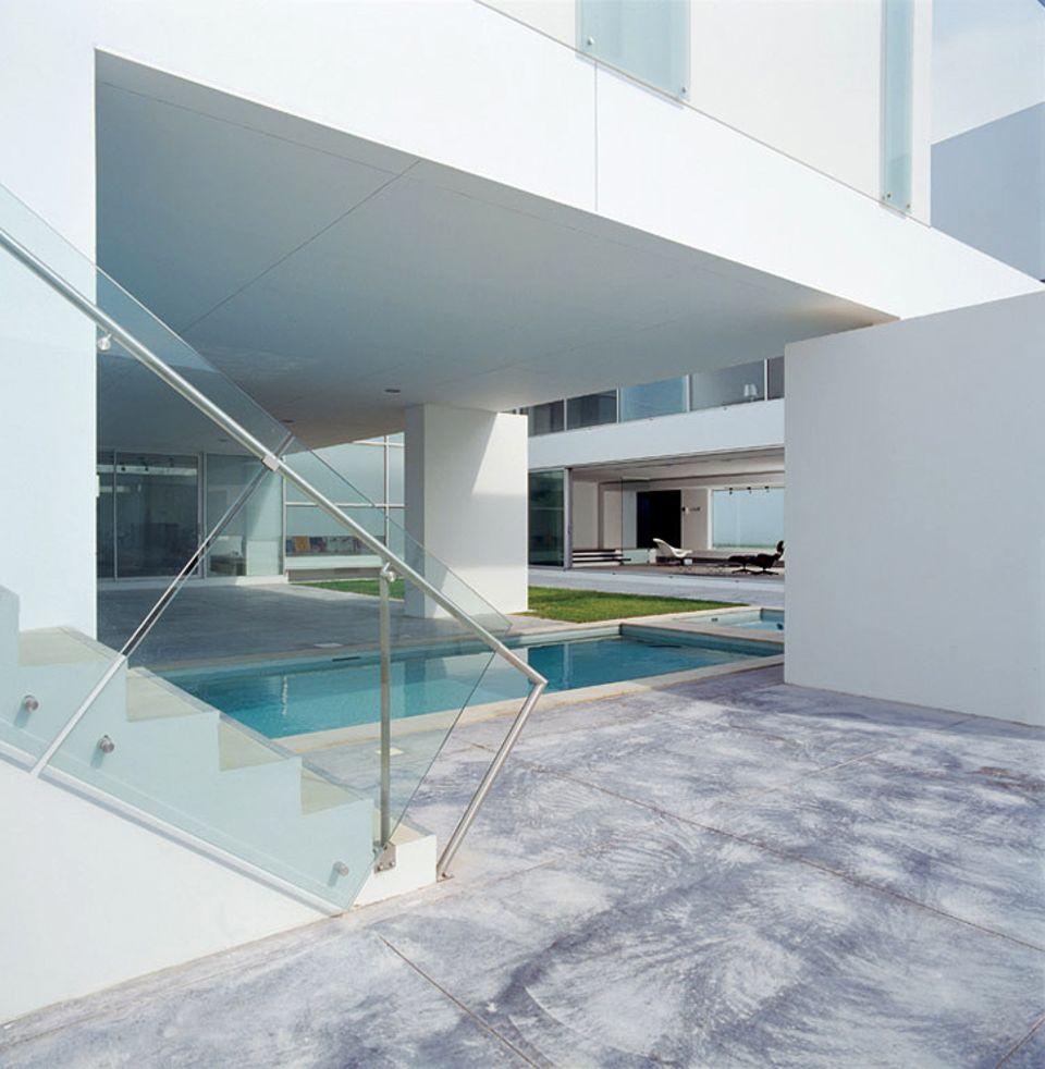 Innenhof mit Pool und weißen Wänden