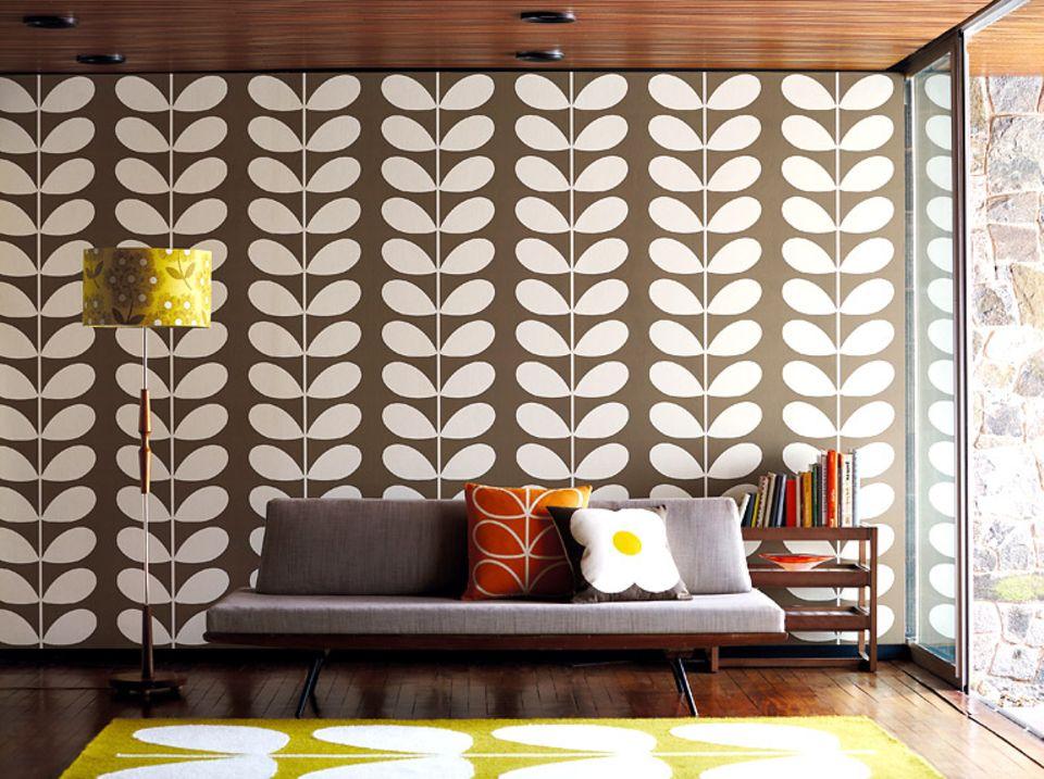 Wohnzimmer von heute mit Mustertapete von gestern (Tapete von Orly Kiely, zu bestellen über www.harlequin.uk.com)