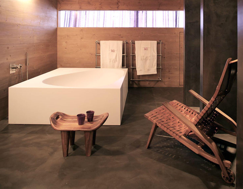 Badezimmer mit rustikaler Verkleidung