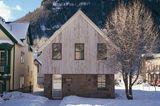 Haus aus Naturstein, Holz und Metall
