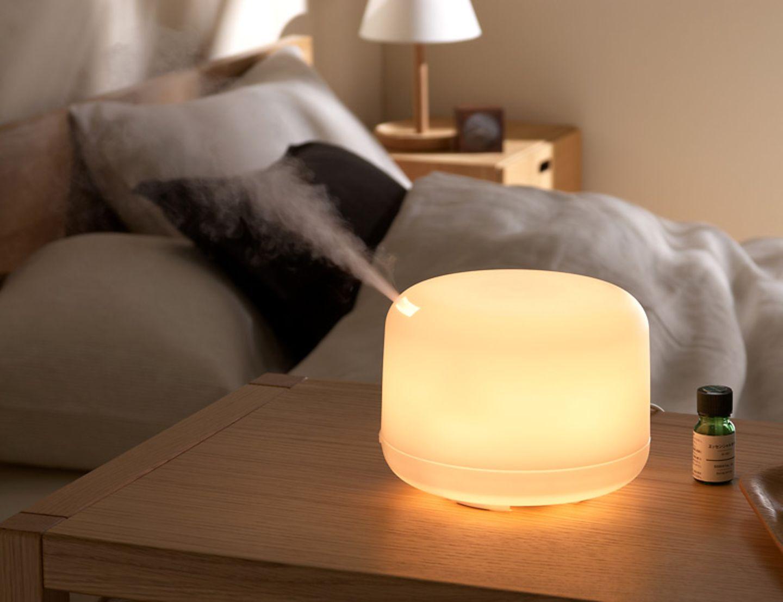 Der Diffusor von Muji funktioniert mit Strom und verteilt mit Duftöl versetztes Wasser dauerhaft gleichmäßig im Raum.