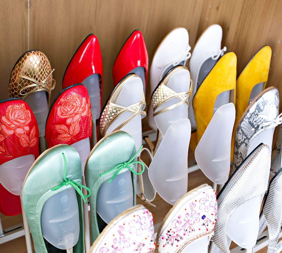 """Schuhschrank im Kleiderschrank: Schuhspanner sorgen in Ikeas Klassiker """"Pax"""" für Ordnung."""