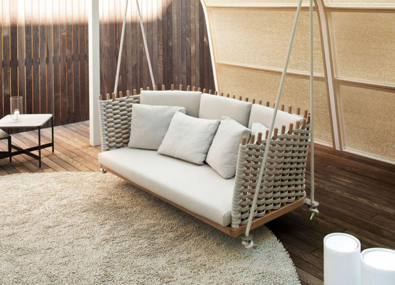"""Die Hollywoodschaukel """"Wabi Lawn Swing"""" von Paola Lenti wird an Seilen aufgehängt und wirkt so wohnlich, dass sie auch gut in Wohnräume passt."""