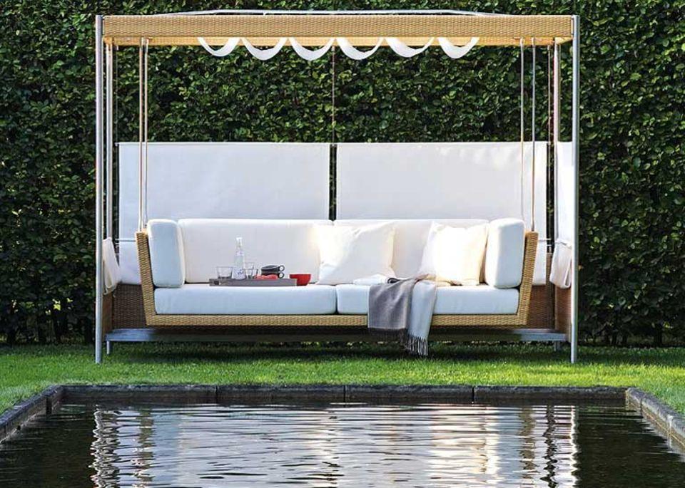"""Die Hollywodschaukel """"Swing Bed"""" von Garpa verbindet puren Luxus mit einer schlichten, modernen Form."""