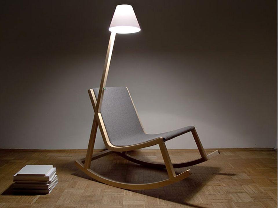 Leider nur ein Konzept: Mit dem Schaukelstuhl des Designers Rochus Jacob lässt sich der Strom für die integrierte Leseleuchte beim Schaukeln erzeugen.