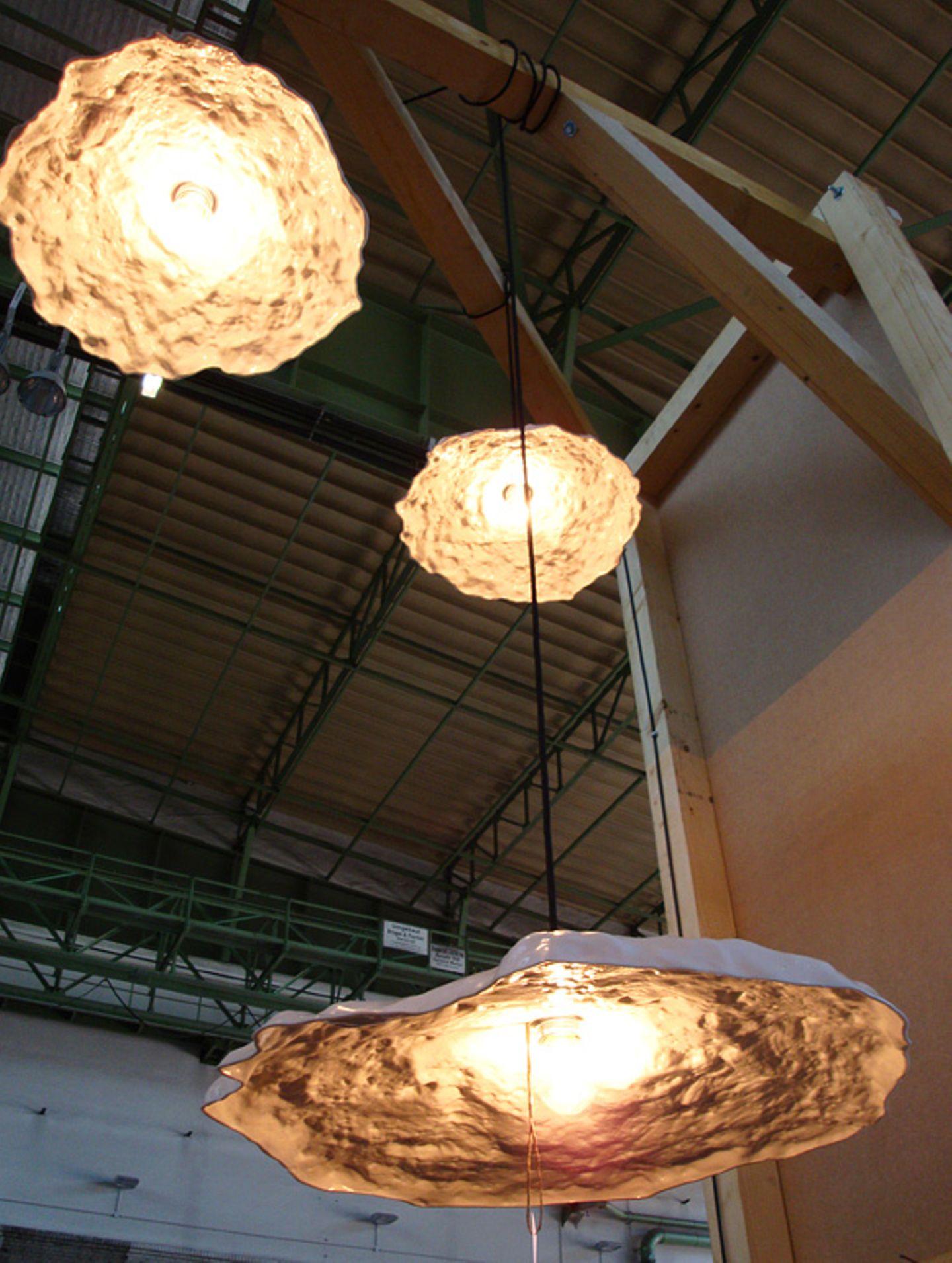 """Die Fabrik hat sich eine ganz besondere Form zum Vorbild gemacht. Die """"Schlagloch-Leuchten"""" sind das reale Abbild diverser Schl…"""
