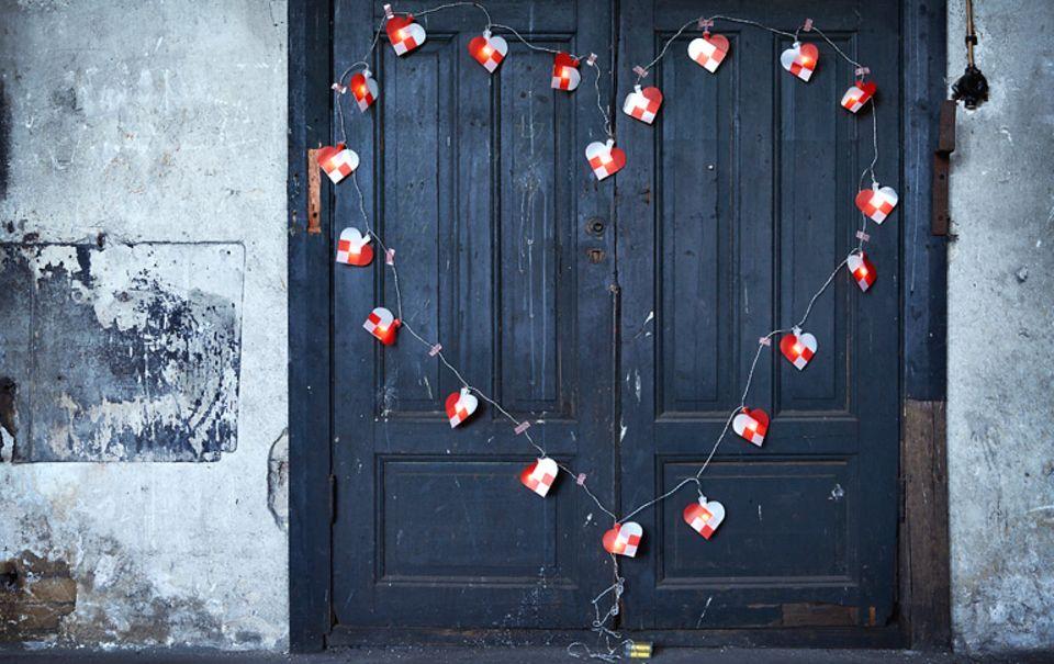 Ein Herz aus Licht: Diese Lichterkette von Ikea dekoriert ihre rustikale Umgebung auf charmante Art und Weise.