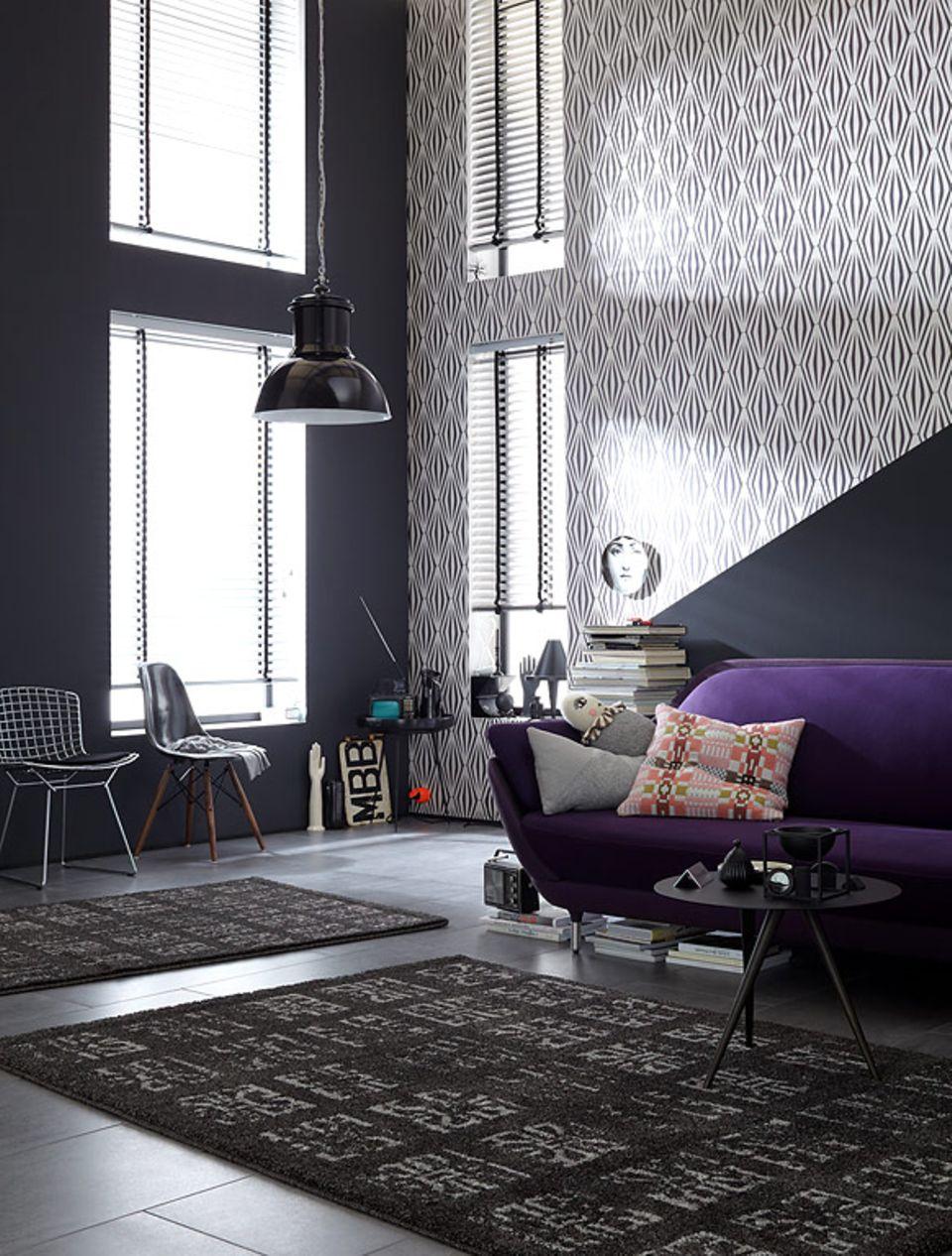 Schwarz-Weiß in allen Facetten und als Hingucker ein Sofa in Lila: Muster bringen Schwung in die Wohnung und wirken richtig dosiert besonders stilvoll.